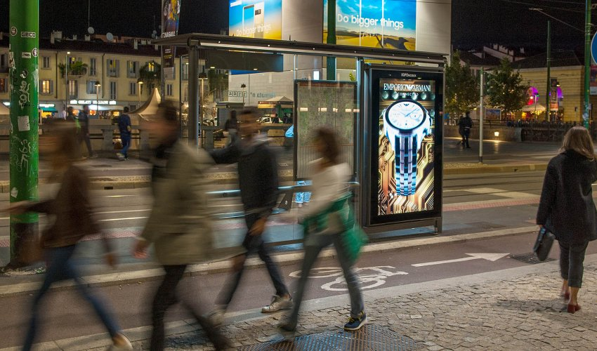 dooh advertising Milano pensiline digitali IGPDecaux per Armani
