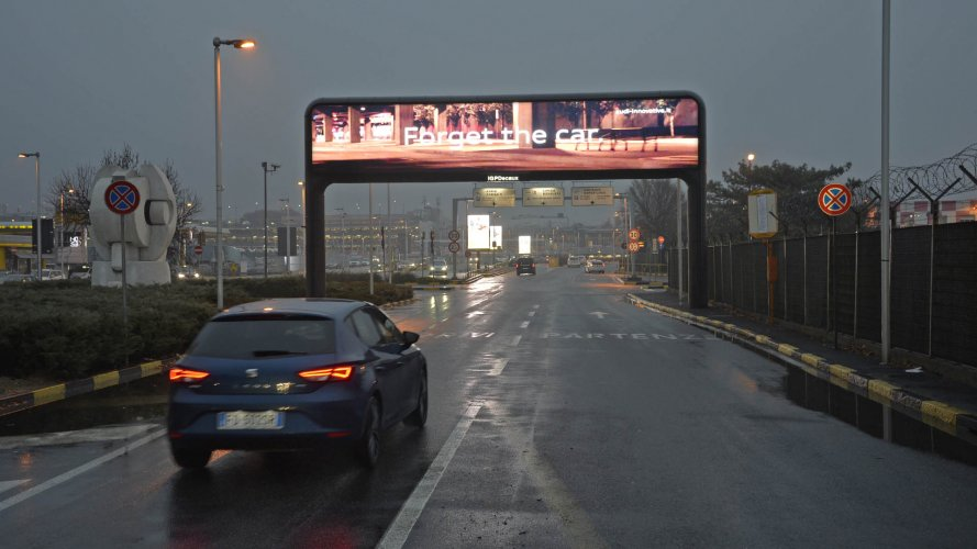IGPDecaux Milan digital Gate at Linate for Audi