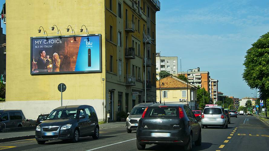 IGPDecaux OOH advertising in Milan Spectaculars for Blu E-Vaping