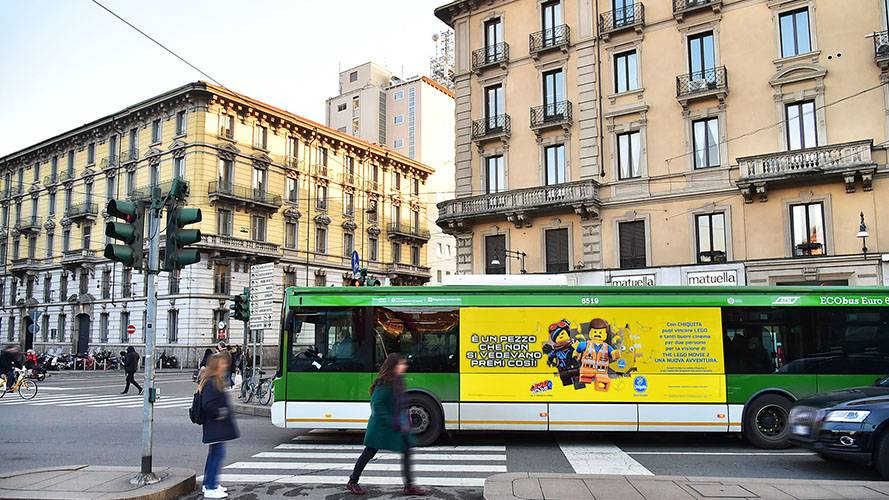 Pubblicità OOH IGPDecaux a Milano Adesiva Landscape per Chiquita