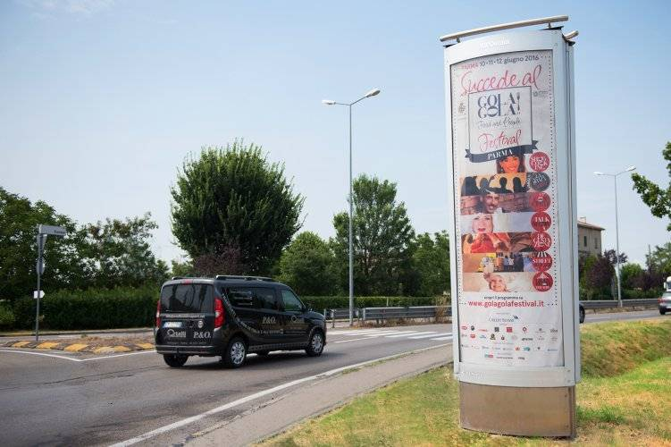 Out Of Home IGPDecaux advertising column in Parma for Gola Gola festival