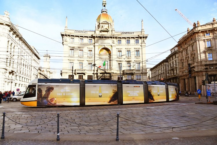 Pubblicità tram IGPDecaux a Milano Full-Wrap per Corona