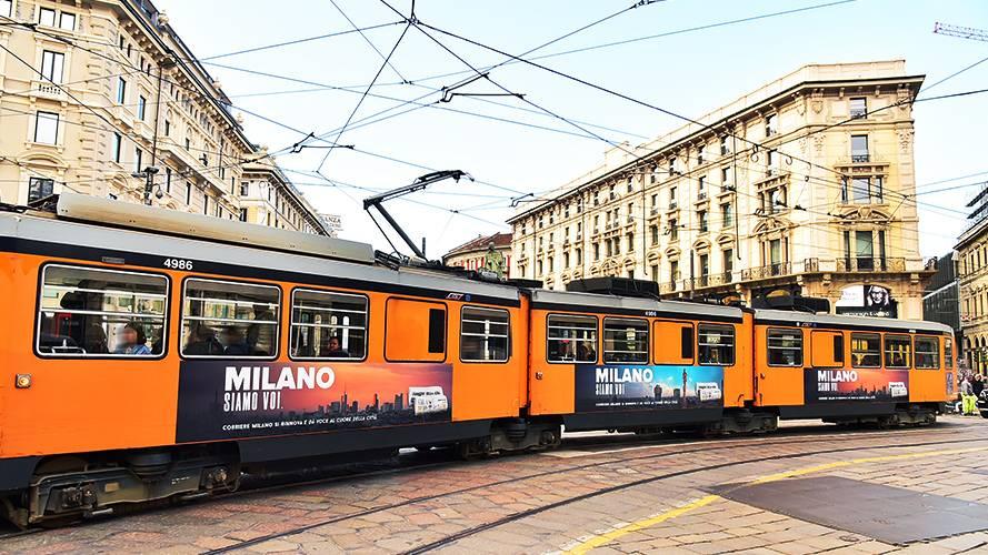 Pubblicità sui tram a Milano IGPDecaux Adesive landscape per il Corriere della Sera