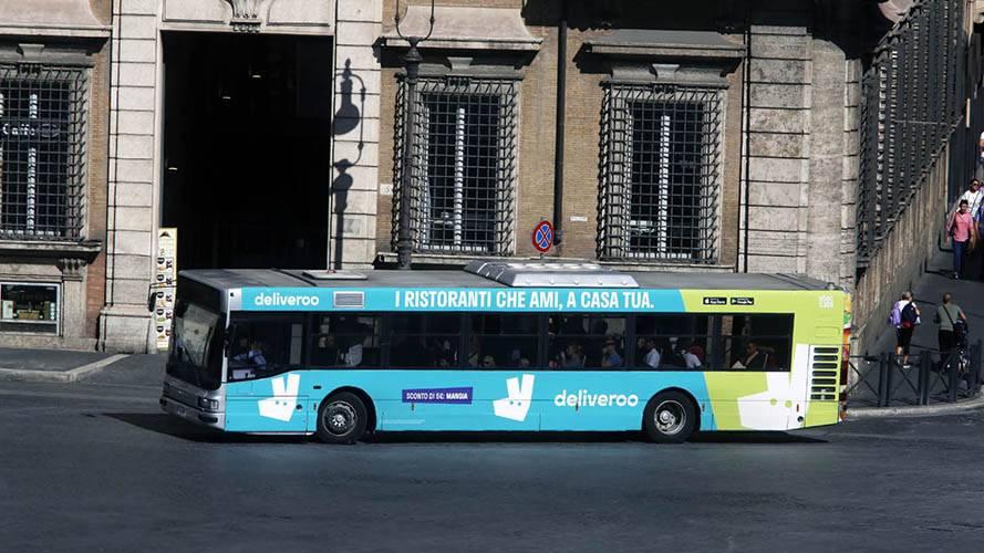 Pubblicità sugli autobus Roma IGPDecaux Full-Wrap per Deliveroo
