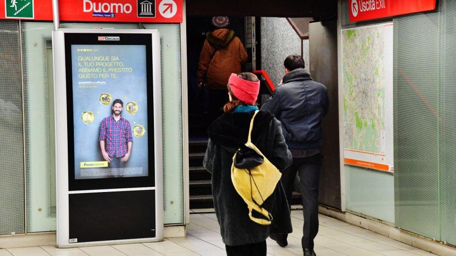 Pubblicità Out Of Home Milano IGPDecaux Network Vision Metropolitana per Deutsche Banco Posta