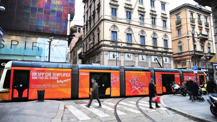 ooh advertising IGPDecaux Full-Wrap in Milan for Easy Jet