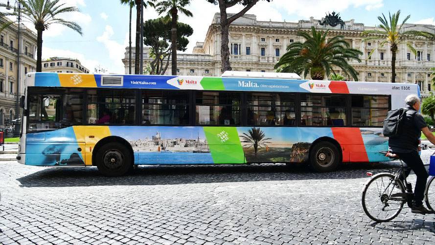 Pubblicità esterna Roma IGPDecaux Full-Wrap per Ente Turismo Malta