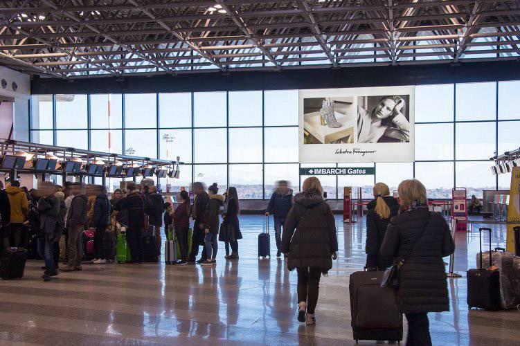 Pubblicità aeroporto IGPDecaux Impianti Adesiva per Ferragamo a Malpensa