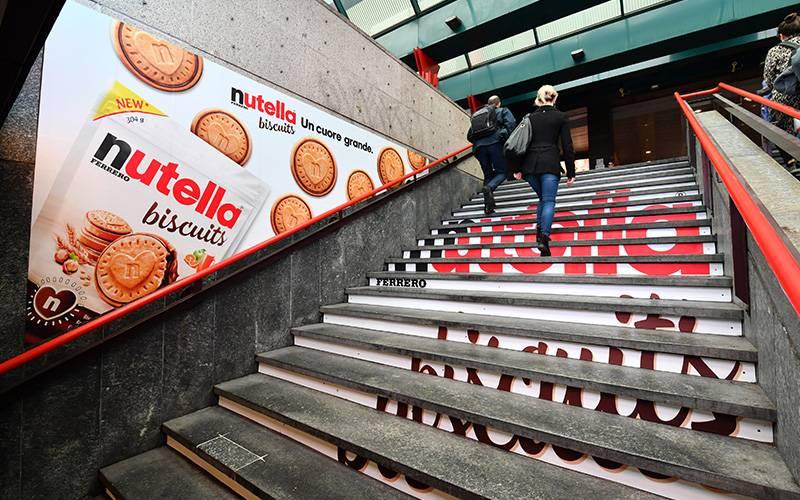 IGPDecaux underground advertising in Milan Station Domination for Ferrero
