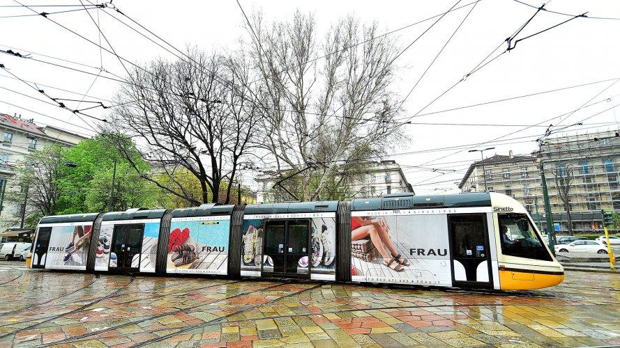 Pubblicità su tram IGPDecaux a Milano Full-Wrap per Frau