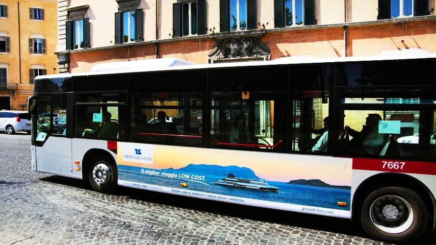 Pubblicità dinamica autobus IGPDecaux Adesiva Landscape a Roma per Grimaldi