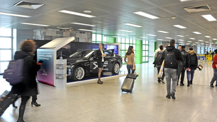 Pubblicità aeroporti IGPDecaux area espositiva a Linate per Jaguar