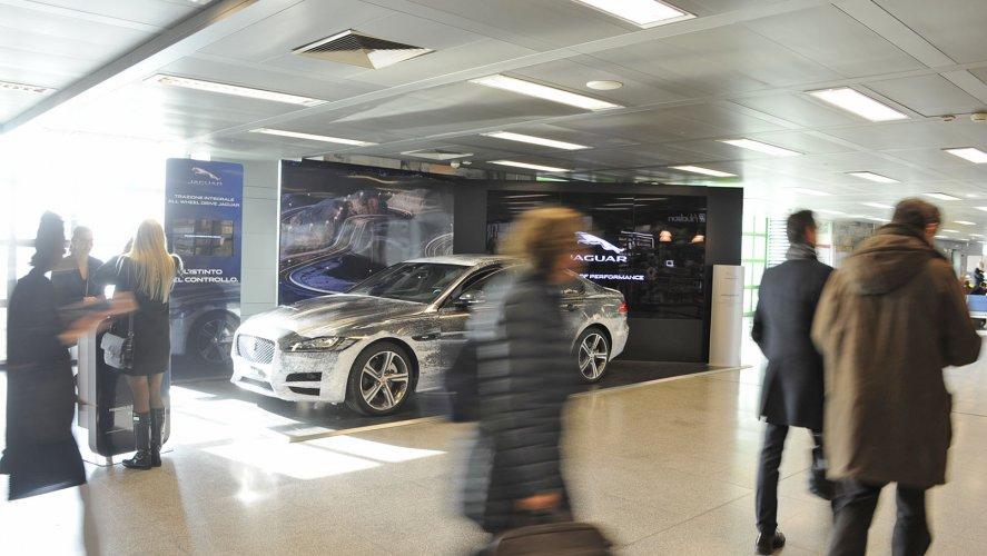 Pubblicità in aeroporto a Linate area espositiva IGPDecaux per Jaguar