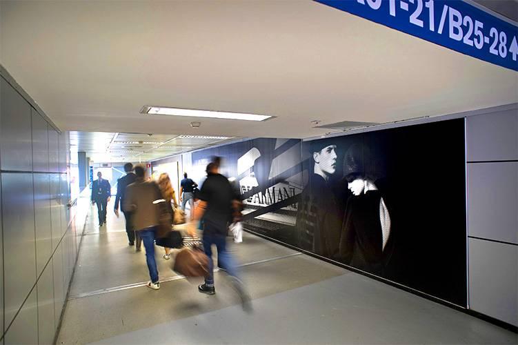 Aeroporto Linate pubblicità IGPDecaux Impianti Adesiva per Armani