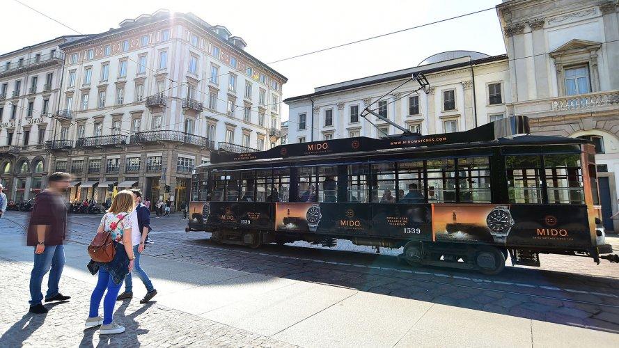 Pubblicità su tram IGPDecaux a Milano Full-Wrap per Mido