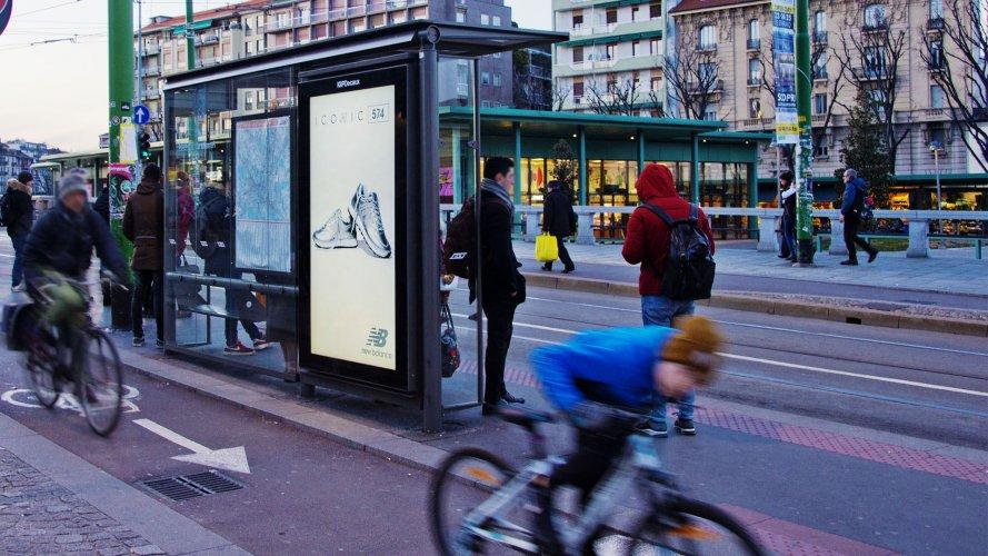 Comunicazione esterna IGPDecaux Milano pensiline digitali per New Balance