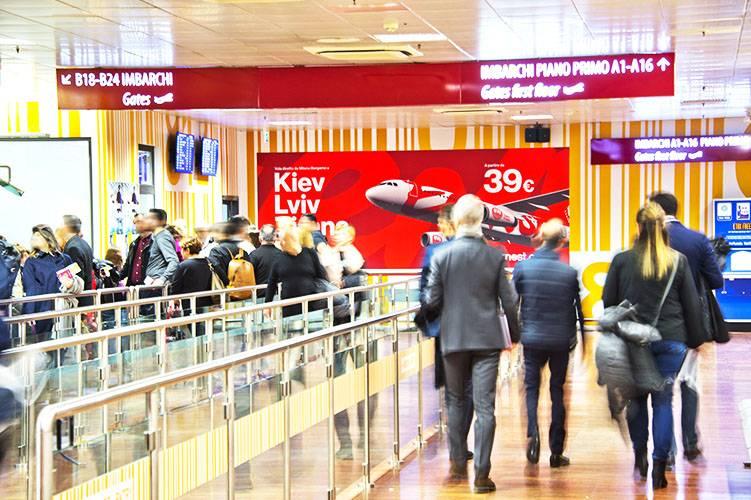 Aeroporto pubblicità IGPDecaux Impianti Adesiva a Orio al Serio per Ernest Airlines