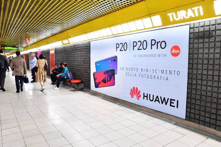 OOH advertising IGPDecaux in Milan Phygital Network for Huawei