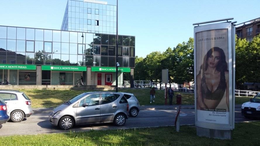Advertising IGPDecaux column in Parma for Intimissimi