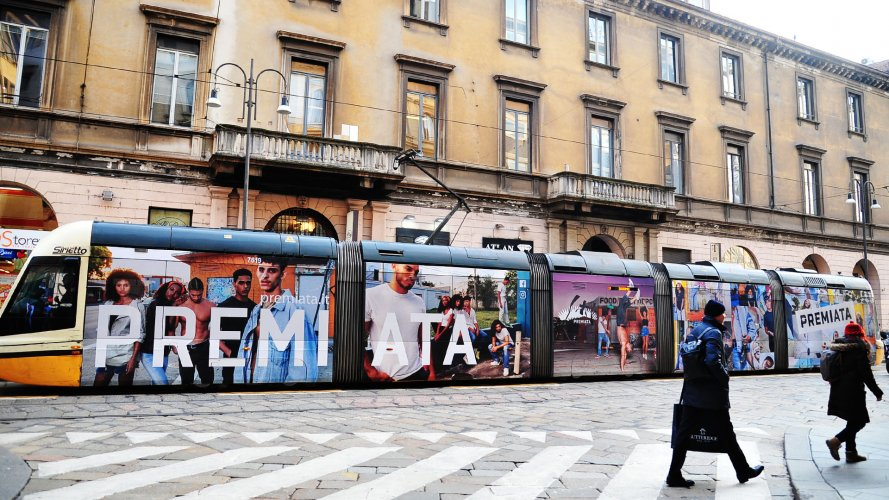 Pubblicità tram IGPDecaux a Milano Full-Wrap per Premiata Fonderia