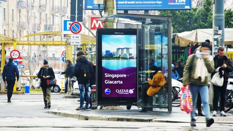 Pubblicità sulle pensiline a Milano pensiline digitali IGPDecaux per Qatar Airways