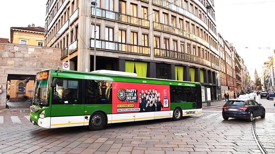 IGPDecaux Pubblicità dinamica su autobus Adesiva landscape per Radio Deejay