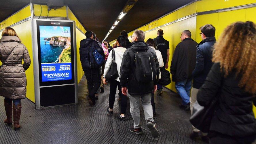Pubblicità metro Milano IGPDecaux Network Vision Metropolitana per Ryanair
