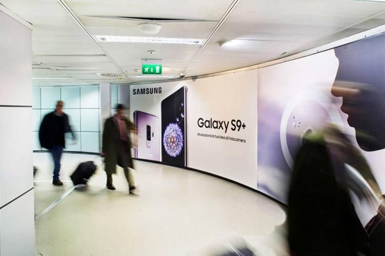 Aeroporto Linate pubblicità IGPDecaux Impianti retroilluminati per Samsung