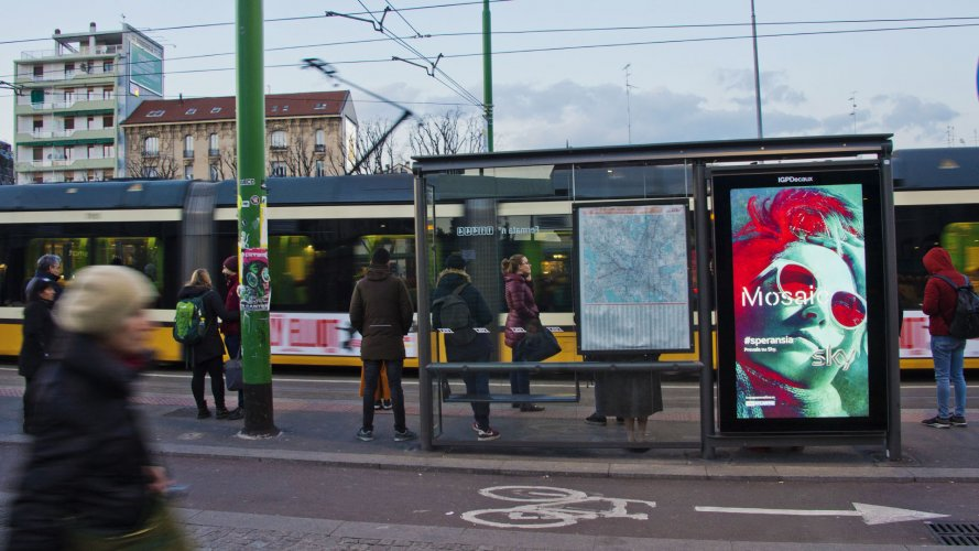 Pubblicità sulle pensiline IGPDecaux Network Vision a Milano per Sky Brand