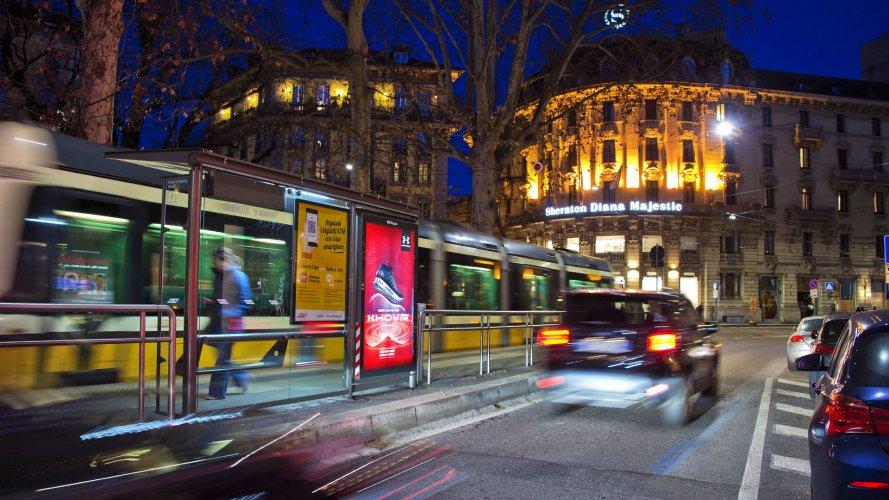 Comunicazione esterna IGPDecaux Milano Pensiline + Mupi per Under Armour