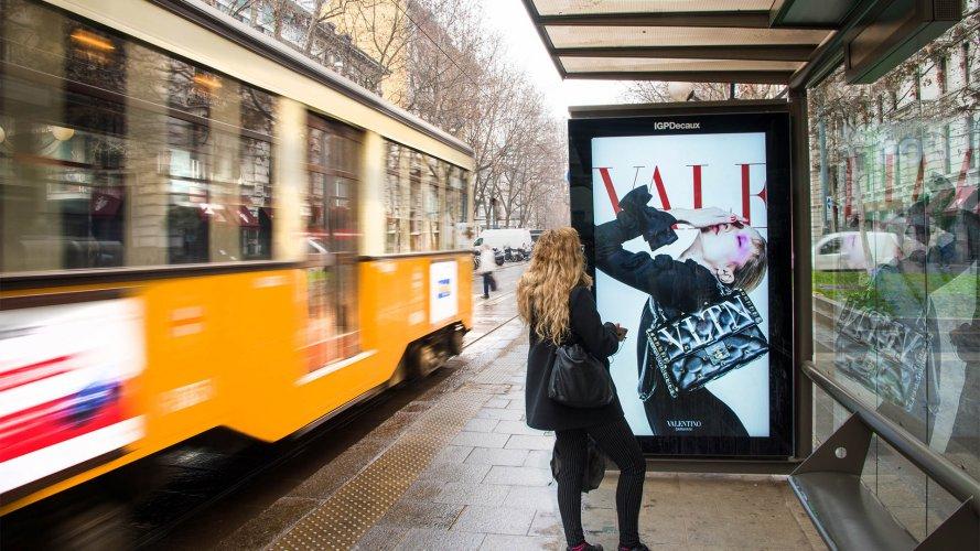 Comunicazione esterna IGPDecaux pensiline digitali a Milano per Valentino