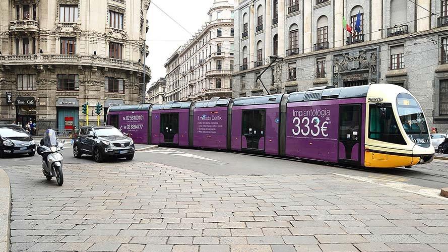 Pubblicità sui tram Milano IGPDecaux Full-Wrap per Dentix