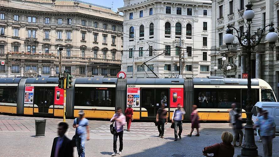 Pubblicità su tram IGPDecaux adesive portrait per Vodafone Milano