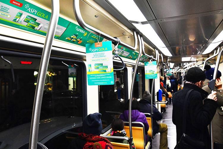 Pubblicità sui tram a Milano IGPDecaux Interno vettura decorata per Bayer